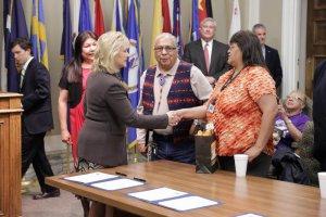 Племена шайеннов и арапахов на подписании соглашения со штатом Оклахома. Фото - pokertribes.com