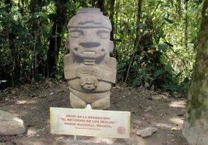 Колумбийцы возмутились тем, что в парке Сан-Агустин древние статуи заменили картонными копиями. Фото - rcnradio.com
