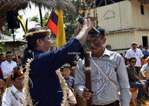 Хосе Гуалинга передаёт символы власти новому главе Сараяку - Феликсу Санти. Фото - lahora.com.ec