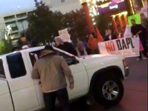 Пикап проехал сквозь толпу протестующих против дня Колумба, перекрывших одну из дорог города Рино