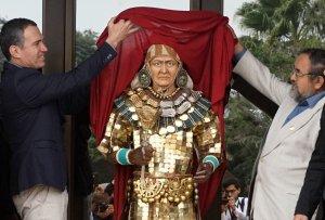 Министр культуры Перу Сальвадор дель Солар (слева) и археолог Вальтер Альва (справа) представляют статую правителя Сипана с реконструированным лицом