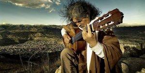 Мануэльча Прадо называют «маэстро перуанской гитары». Но на этом его таланты не заканчиваются. Он также - поэт и певец. Фото: manuelcha.com