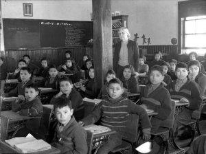 """Надпись на доске: """"Не лги"""". Школьники кри в Саскачеване, 1945 г."""