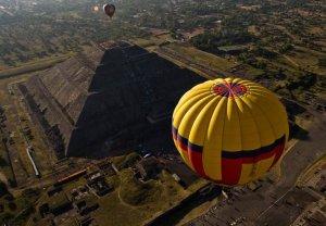 Вид на пирамиду Солнца с воздушного шара. Фото - Ronaldo Schemidt / AFP / Getty Images