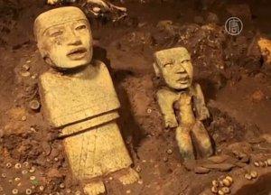 Тоннель под пирамидой Кецалькоатля в Теотиуакане обследован, но гробниц найдено не было. Фото - кадр видео