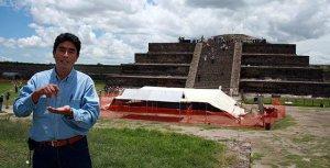 Археолог Серхио Гомес Чавес у входа в шахту тоннеля. Теотиуакан. Архивное фото