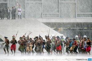 Бразильские индейцы разбили лагерь у парламента страны до пятницы. Фото (14.04.2015): AFP PHOTO/EVARISTO SA