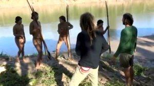 FUNAI опубликовало видео общения неконтактных индейцев с представителями фонда. Фото - кадр видео