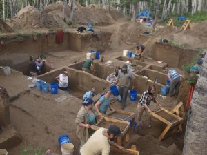 Раскопки в Upward Sun River, бассейн реки Танана в центральной Аляске. Фото: Ben Potter, University of Alaska Fairbanks