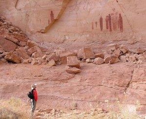 Геолог университета штата Юта Джоэль Педерсон смотрит на человекоподобные фигурки «Большой галереи» Хорсшу-Каньона. Штат Юта, США. Фото - Joel Pederson / Utah State University