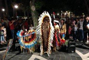 Уличных музыкантов-индейцев выгнали из Баку охранники, менеджер и азербайджанские полицейские. Фото - Oxu.az.
