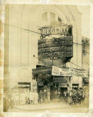 Фильм команчей и кайова 1920 года «Дочь Рассвета» в кинотеатре