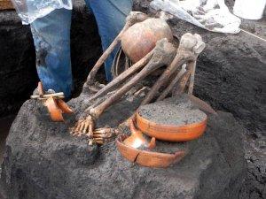 Захоронение взрослого человека у входа на станцию Ломас-Эстрелла. Фото - DSA-INAH