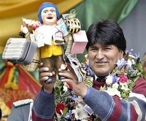 Боливийский президент Эво Моралес с куклой божества Экеко
