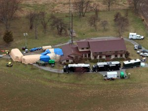 ФБР обыскивает дом коллекционера в поисках нелегально приобретенных артефактов. Фото - Kelly Wilkinson / The Star / From WTHR Chopper 13