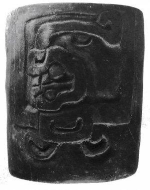 270. Резной сосуд для питья с именем Господин 1 Ягуар; он был оставлен в качестве приношения в бутовой кладке покинутого храма в Сан-Хосе-Моготе. Высота 10.5 см.