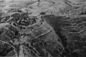276. Аэрофотоснимок Эль-Чоко, поселения на защитной вершине холма в южной части Валье-Гранде.