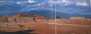 II Монте-Альбан, сапотекский город на вершине горы. Слева акрополь Северной платформы.