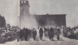«шествие воинов» по церковной площади воскрешает в памяти длительную и ожесточенную борьбу этого индейского племени за независимость