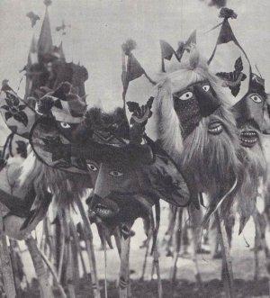 ритуальные маски «чапайекас», водруженные на деревянные мечи