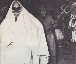 ухмыляющаяся «маска смерти» на карнавале