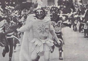 танцоры в масках во время карнавала на улицах Оруро