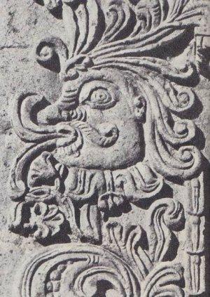 Голова, увенчанная пышным султаном из перьев, высечена на двери церкви в Паукарпате, неподалеку от Арекипы (Перу)