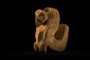 Каменная фигурка грифа, найденная в центре тайника. Этот предмет окружали сосуды и каменные сиденья. Фото: Дейв Йодер / National Geographic
