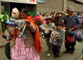 Девочкам - куклы, мальчикам - машинки. В Боливии раздали подарки бедным детям. Фото - кадр видео NTDtv