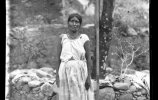 Женщина из племени тубар у мерной рейки. 1893. Фото: Карл Лумгольц