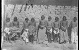 Люди у стены. 1893. Фото: Карл Лумгольц