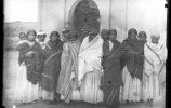 Женщины возле церкви. Нарогачик. 1891. Фото: Карл Лумгольц