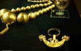 11. Пинцет (справа). Место обнаружения - Фриас I. Золото, хризоколла. 11,3 х 10,5 см. Ранний промежуточный период (200 до н.э.-700 н.э.)