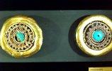 39. Серьга. Культура Ламбайеке I. Золото, хризоколла. Диам. 8,0 см. Поздний промежуточный период (900-1450 н.э.)