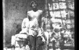 Мужчина у мерной рейки. Группа гуайкура. 1895. Фото: Карл Лумгольц