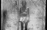 Индеец кора у мерной рейки. 1895. Фото: Карл Лумгольц