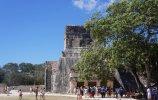 Нижний храм ягуара расположен уже снаружи поля – у входа в храм находится Трон ягуара, а его колонны и внутренняя часть стены покрыты изысканным барельефом