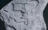 Монумент 19. Ла-Вента. Правитель или жрец в ритуальном шлеме (головном уборе) в кольцах огромного змея. Одно из первых изображений пернатого змея в мезоамериканском искусстве.