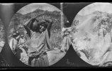 Женщина тараумара несет сосуд. Фото: Карл Лумгольц