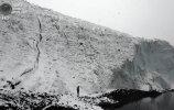 Перу. Уарас, Анкаш. 19 сентября. Том Родригес у переднего края ледника Пасторури. (REUTERS/Mariana Bazo)