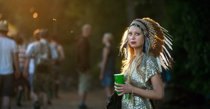 Девушка в индейском головном уборе. Фестиваль Гластонбери 2011 г. Фото - David Levene для Guardian / theguardian.com