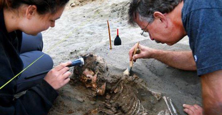 Раскопки на перуанском побережье. Профессор Джон Верано (справа) и аспирант Бриттани Демент исследуют останки принесенного в жертву 600 лет назад ребенка. Фото – Джон Верано